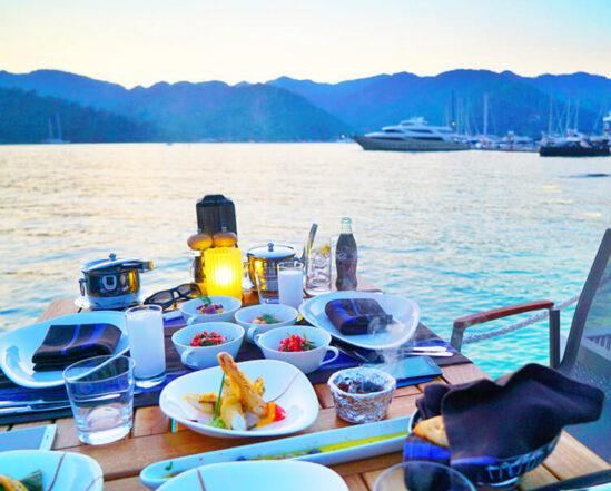 Вечеря влюбени романтика